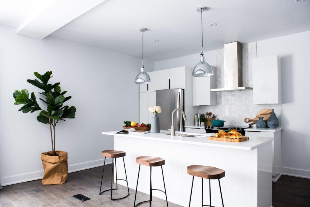 Cuisine minimaliste : les ustensiles et aliments à toujours avoir dans ses placards